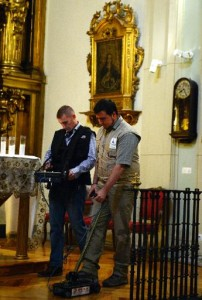 Deux techniciens font glisser pour un radar au sol de l'église
