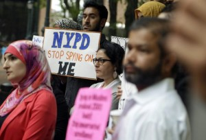 Manifestation contre la surveillance des communautés musulmanes devant le siège de la police de New York, le 28 août 2013.   Photo : Seth Wenig (AP)