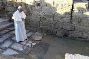 Le pape François se recueille près de la rivière jordanne , endroit où Jésus aurait été baptisé | Photo : Yousef Allan (Reuters)