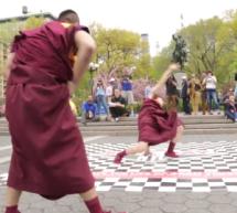 Du breakedancing par des moines tibétains?