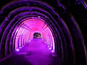 Passage obligé par le tunnel d'entrée de la mine d'halite (sel-gemme). Le pèlerin chemine lentement vers sa propre intériorité en pente douce vers le cœur de la cathédrale.