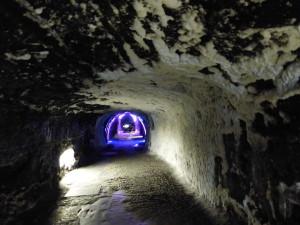 Le sel fleurit en petites grappes blanches tout le long des couloirs de la mine.