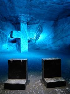 Chacune des 14 stations de la Voie du calvaire propose une croix et de petits prie-dieu sculptés dans la roche de sel.
