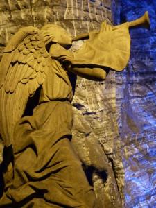Un ange annonce la venue du christ du haut du balcon principal, ou selon certaines interprétations, ce peut être l'annonce du fidèle ayant complété son chemin de croix qui s'enfonce doucement vers le cœur du sanctuaire.