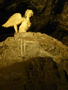 Le narthex du sanctuaire est sous forme de labyrinthe, le pèlerin doit choisir le bon chemin sous l'œil attentif d'un ange perché.