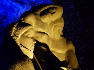 Détail d'une sculpture de la nef de droite où l'on peut admirer une vierge Marie au visage indigène.