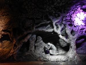 Sculpture représentant les traditions autochtones d'offrande à la Terre Mère.