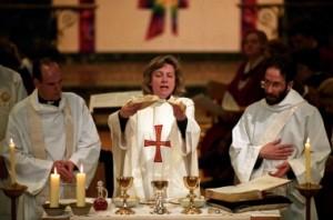 Angela Berners Wilson, la première femme de l'Église d'Angleterre à être ordonnée prêtre en 1994.