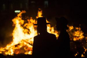 Un feu de Lag BaOmer dans le quartier ultra-orthodoxe Meah Shearim à Jérusalem en 2013 | Photo : Yonatan Sindel
