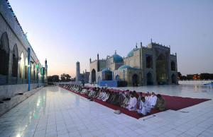 Men_praying_in_Afghanistan