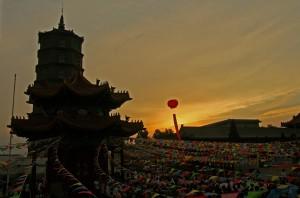 Vue sur une pagode du monastère de Guanyin surplombant la foule qui se prépare à assister à une cérémonie pour célébrer les vingt ans du temple principal | Photo Karl-Stephan Bouthillette