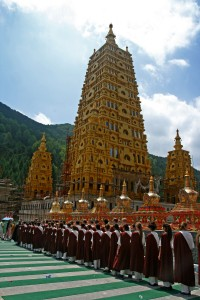 Les participants en ligne avant le repas devant la majestueuse pagode dorée en construction du temple de Dabao | Photo Karl-Stephan Bouthillette