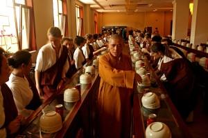 La Vénérable Yifa qui donne ses instructions aux participants qui s'apprêtent à prendre le repas dans la grande salle à manger du monastère de Dabao | Photo Karl-Stephan Bouthillette