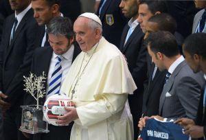 1er septembre 2014 - Le pape François pose avec un ballon avant un match de football interreligieux pour la paix|Photo : Vincenzo Pinto (AFP)