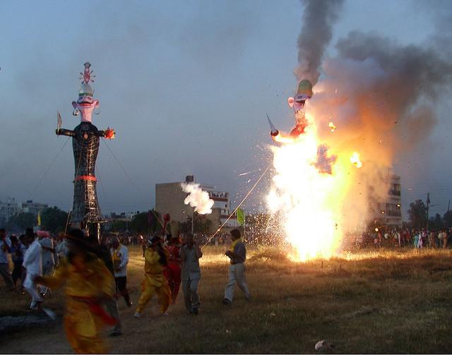 La foule brûle une représentation de Ravana