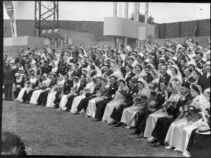 Célébration des cent mariages au stade Delorimier, 23 juillet 1939. | Photo : Centre d'archives de Montréal. Bibliothèque et Archives nationales du Québec, Fonds Conrad Poirier, P48,S1,P3711.