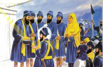 Les cinq premiers membres des Khalsa, appelés Panj Pyare, et le gourou Gobind Singh