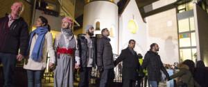 Des musulmans et des juifs se sont rassemblés devant la synagogue d'Oslo le samedi 21 février 2015, en signe de solidarité avec les victimes de Copenhague | Photo : Hakon Mosvold Larsen (Reuters)