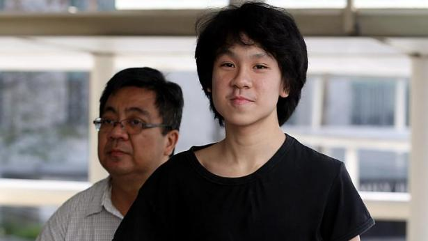 Amos Yee, accompagné de son père | Photo :  Wong Kwai Chow (Straits Times)
