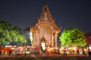 Procession aux chandelles autour du temple thaïlandais de Wat Khung Taphao