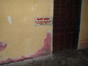 Une affiche indique la présence de taches de sang dans le temple de Phi Lai | Photo : Phuoc Thien Tran