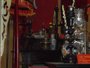 Un autel dans le temple de Phi Lai et le nombre de prières à adresser à la divinité indiquée | Photo : Phuoc Thien Tran