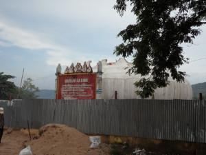Le Temple du Lotus de Ba truc était encore en construction. Le lieu servira, entre autres, à accueillir les crânes de la vitrine temporaire | Photo : Phuoc Thien Tran