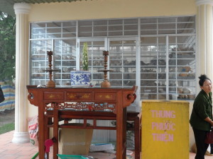 Un petit autel extérieur adjacent au bâtiment où sont exposés les ossements des victimes des Kmhers rouges | Photo : Phuoc Thien Tran
