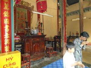 Un père et son fils qui prient devant un autel | Photo : Phuoc Thien Tran