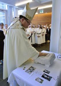 Mgr Gérald Cyprien Lacroix a béni les lieux restaurés ainsi qu'une pierre angulaire et son contenu | Photo : Daniel Abel