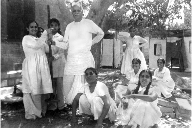 Lekhraj Kripalani entouré de quelques-unes de ses fidèles. | Photo : BKWSU (sous Creative Common)