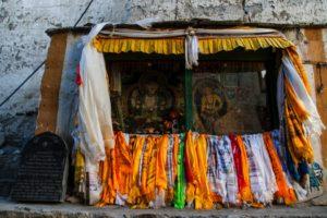 Au centre de la ville de Lo Manthan, diverses effigies de saint bouddhistes, dont le bodhisattva Avalokiteshvara (à gauche), ainsi que des inscriptions tibétaines | Source Karl-Stéphan Bouthillette