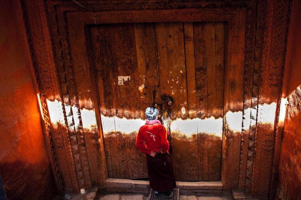 Porte d'entrée du temple de Thubchen. L'intérieur est en restauration, notamment la fresque murale, avec l'aide d'un artiste italien bien apprécié des locaux qui l'appellent affectueusement Luigi | Source Karl-Stéphan Bouthillette