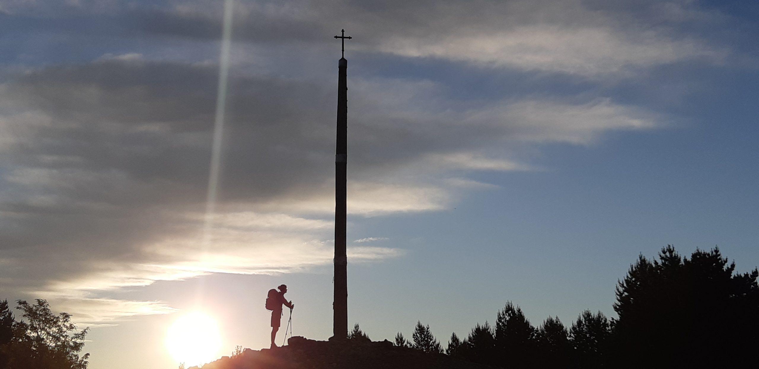 Pèlerin sous une croix de fer à Compostelle