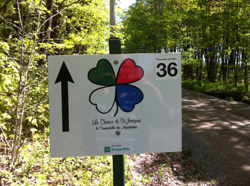 """Une pancarte indiquant le kilomètre 36 du """"Chemin de St-Jacques, le Compostelle des Appalaches""""."""