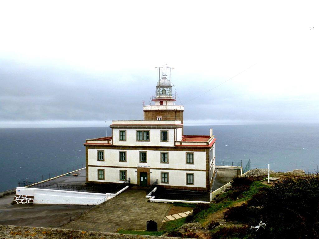 Phare du cap Finistère, en Espagne, au abord de la mer.